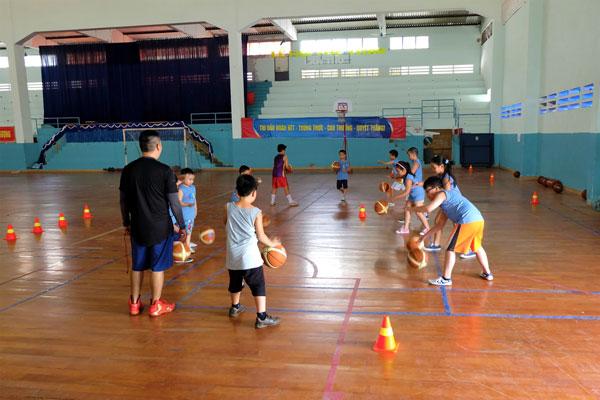 cho bé học bóng rổ