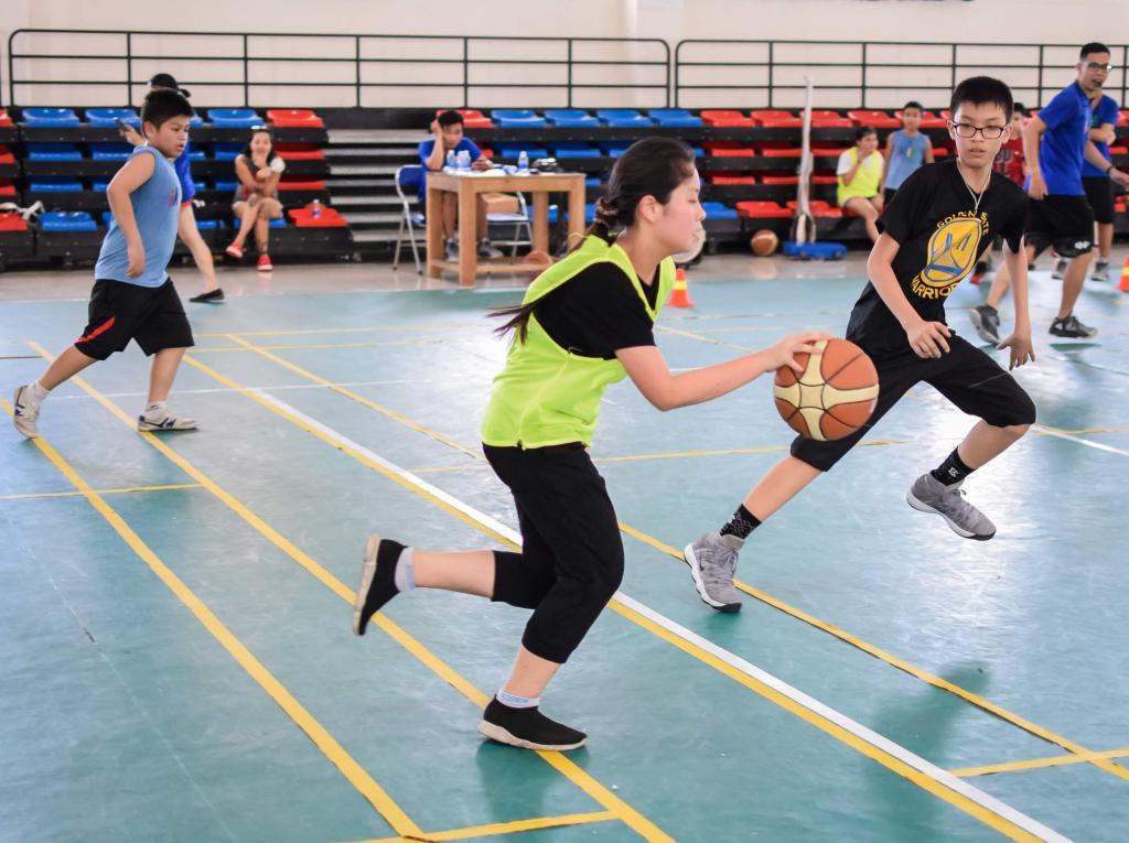 con gái chơi bóng rổ