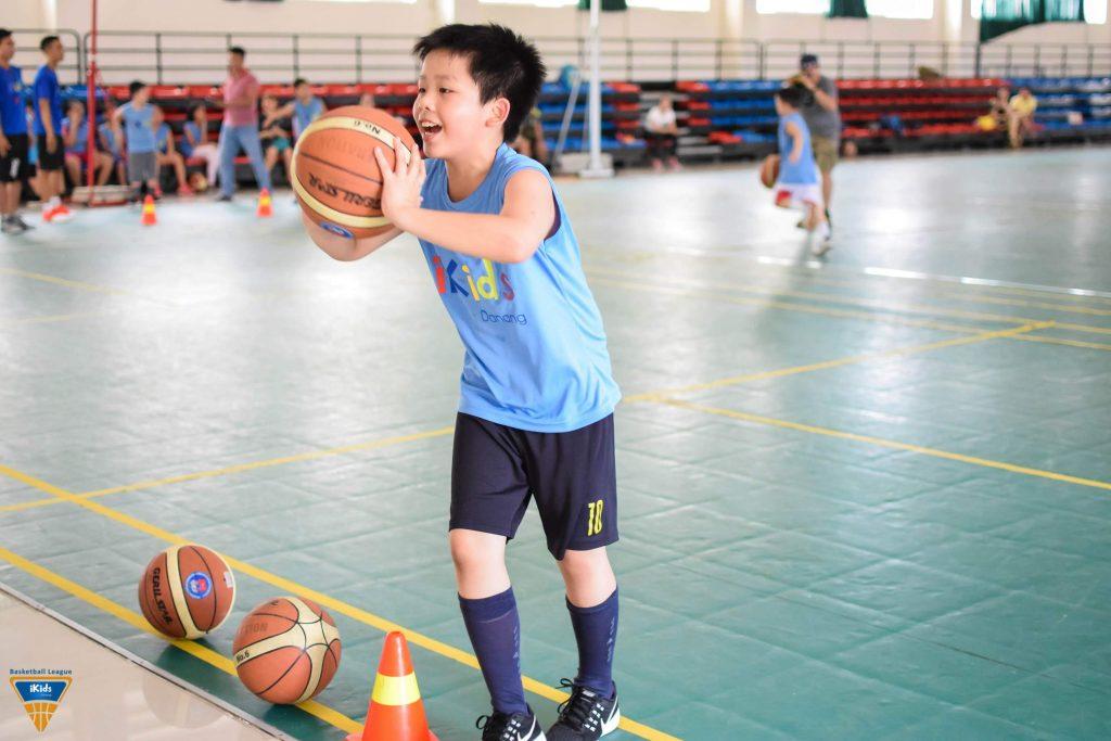 Tập bóng rổ mang lại niềm vui cho trẻ